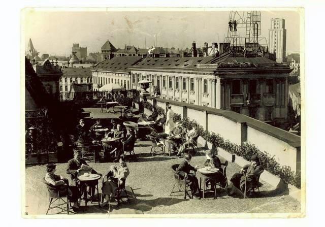 Kawiarnia na dachu Domu Braci Jabłkowskich, połowa lat 30. XX w. W głębi po prawej wieżowiec Prudential, bliżej kamienica z kawiarnią Szwajcarską na rogu ul. Zgoda, Chmielnej i Szpitalnej