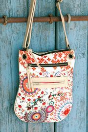 Desigual women's Dominica bag from the 100% Desigual line. A messenger style bag with a very Desigual print and cream detail. If you like that, don't forget to check out the New Tokyo Dominica bag.