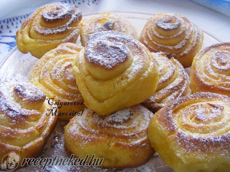 Hozzávalók: Tésztához: 32 dkg liszt 1,5 dl tej 2 dkgélesztő 3 dkg cukor 5 tojás sárgája csipet só Töltelékhez: 15 dkg margarin 15 dkg cukor 1 cs vaníliás c