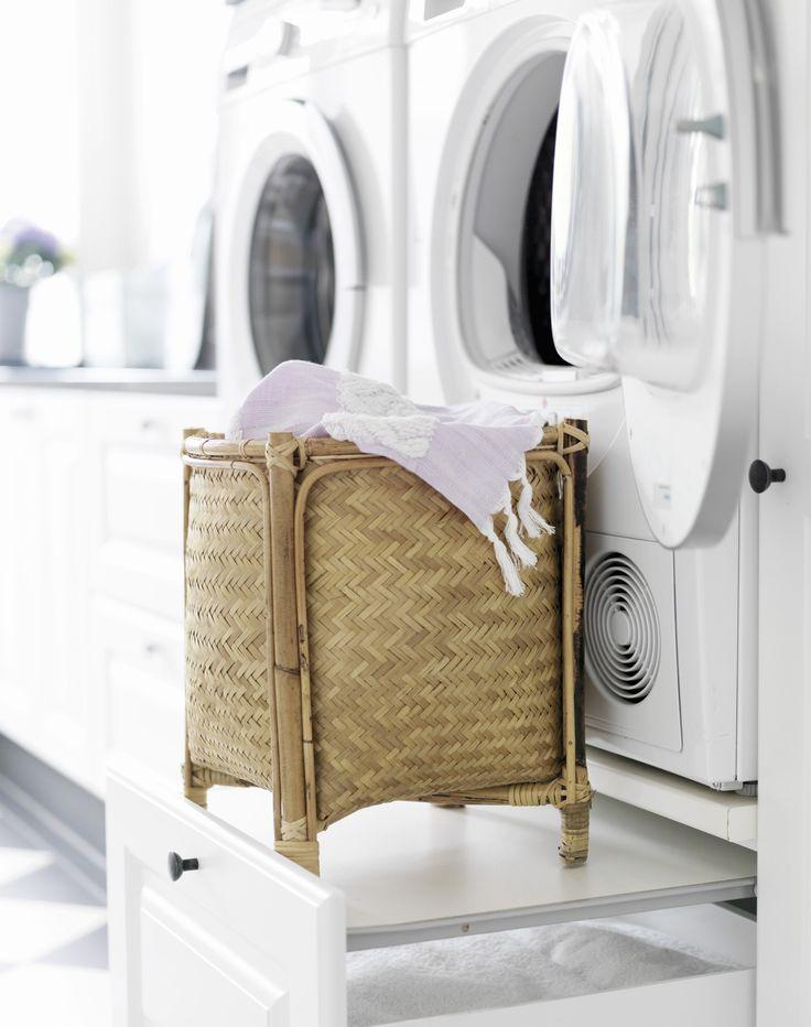 Skuffen under vaskemaskinen og tørretumbler er designet med en indbygget hylde til vasketøjskurven. Magneter i skuffefronten trækker hylden med ud, når du har hænderne fulde af vasketøj, og du kan nemt skubbe den ind i skabet, når du skal have fat i vaskepulver eller tøjklemmer nede i skuffen.