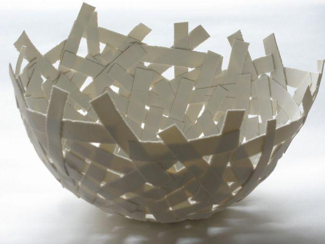 """O bowl """"Strips"""" de porcelana da Fanny Laugier tem 25 cm de diâmetro, 15 cm de altura e parece ter sido feito com pedaços de esparadrapo."""