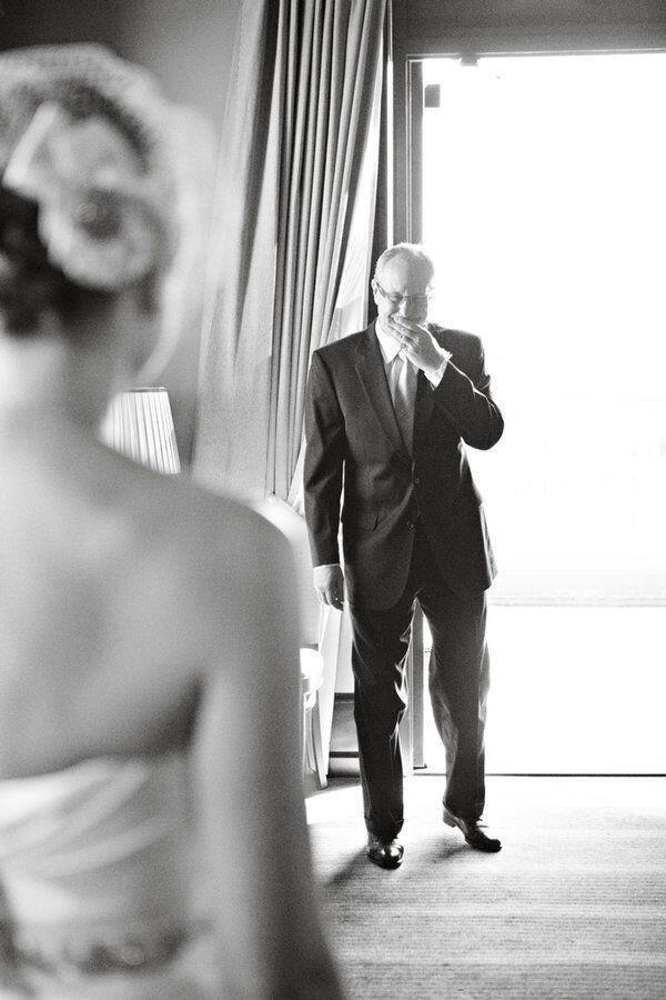 Que hermoso la primera ves que el papa ve a su hija como la novia