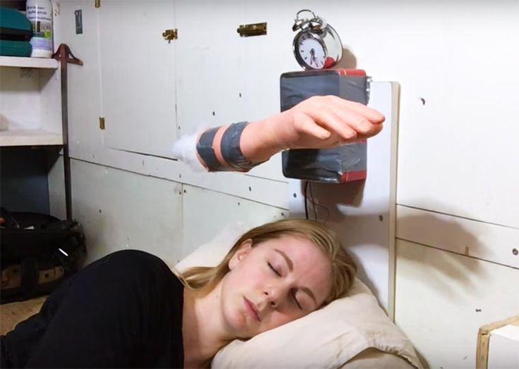 La youtubeuse américaine Simone Giertz s'amuse à inventer des robots hilarants et incroyablement foireux pour l'aider dans son quotidien, comme mettre du roug