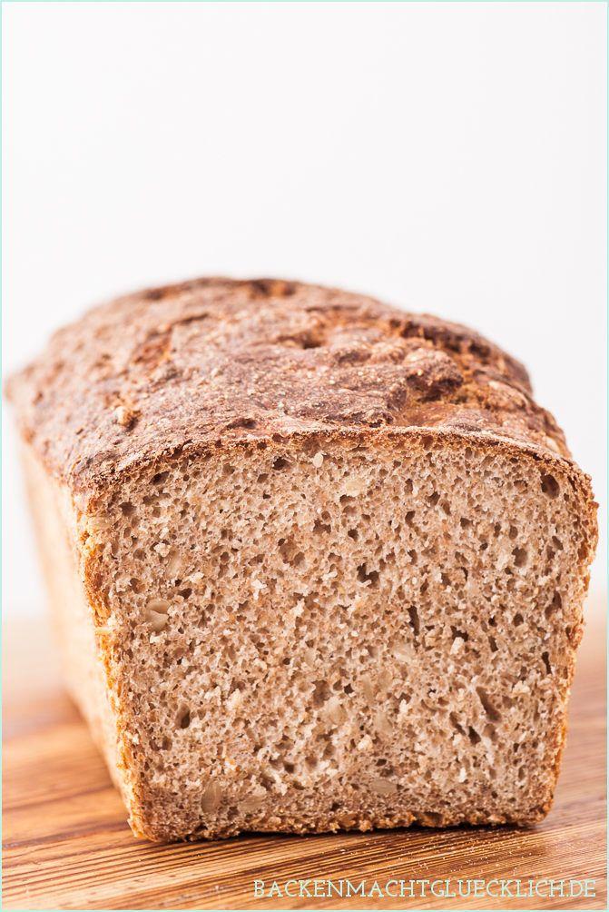 Einfaches Vollkornbrot mit Sauerteig und Hefe   Simple Whole Wheat Bread Recipe // http://www.backenmachtgluecklich.de