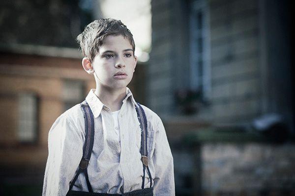 2015年8月公開予定。ゲットーから逃げ出し、過酷な運命を前向きに力強く生き抜いた8歳の少年の実話『RUN BOY RUN(原題)』(日本では『ふたつの名前を持つ少年』)。原作は、国際アンデルセン賞を受賞し、自身もユダヤ人強制収容所や隠れ家生活の体験者である児童文学作家、ウーリー・オルレブの『走れ、走って逃げろ』(2003年 岩波書店)。 『ふたつの名前を持つ少年』 監督:ペペ・ダンカート 出演:アンジェイ・カクツ、カミル・カクツ、ジャネット・ハイン、ライナー・ボック 原作:ウーリー・オルレブ作 『走れ、走って逃げろ』 母袋夏生訳 岩波書店刊  原題:RUN BOY RUN/2013年/ドイツ・フランス/カラー/107分