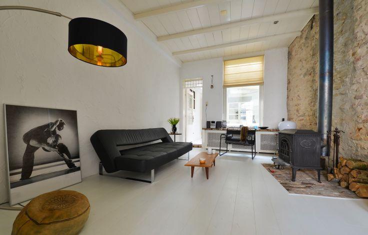 Fantastisch staat deze met witte verf afgewerkte vloer! Het huis is een oude muurwoning waar niet veel natuurlijk licht binnenvalt. Door de houten vloer wit te verven krijgt deze woning niet alleen een prachtige lichte uitstraling maar ook het karakter dat alleen een houten vloer kan geven.