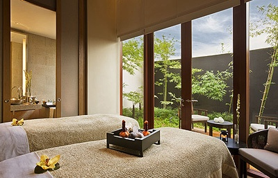 Bask in pure honeymoon bliss with the Honeymoon Couples Spa Package at Capella Singapore.
