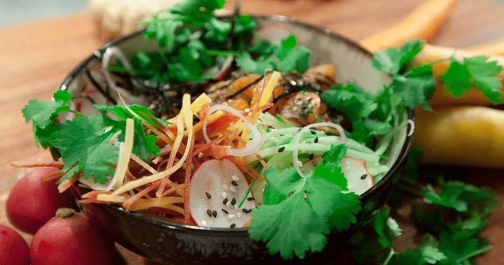 Le bol de poké est à la mode! D'inspiration hawaïenne, cette recette de sushi déconstruit est personnalisable à l'infini, puisque chacun y met ses ingrédients favoris!