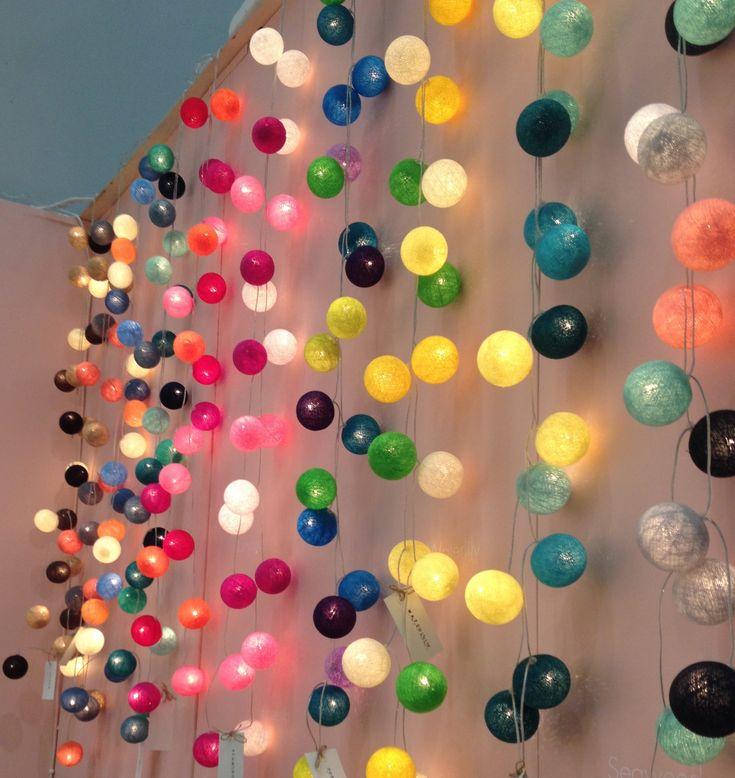 Skapa din egen slinga! Ljusslingorna med bollar på har blivit väldigt populära och det är lätt att förstå varför. Nu har jag tagit hem lösplock av bollar så
