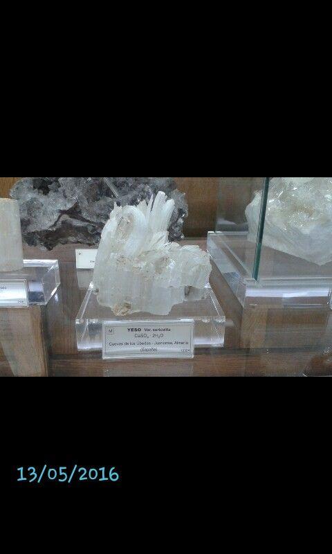 YESO  -Color de la superficie: blanco -color de la raya: blanca -Brillo: vítreo en los cristales y nacarado en superficies de exfoliación. -Dureza: 2 -Densidad: 2,32 - Tenacidad: flexible -Fractura: concoidea -Ambiente de fromación:  1.Origen sedimentario en conexión con rocas calcáreas y arcillas. 2.Como producto de hidratación de la anhidrita. 3.Por la acción de ácido sulfúrico. -Utilidad: Producción de escayola como material de construcción. -Composición Química: CaSO4 2H2O
