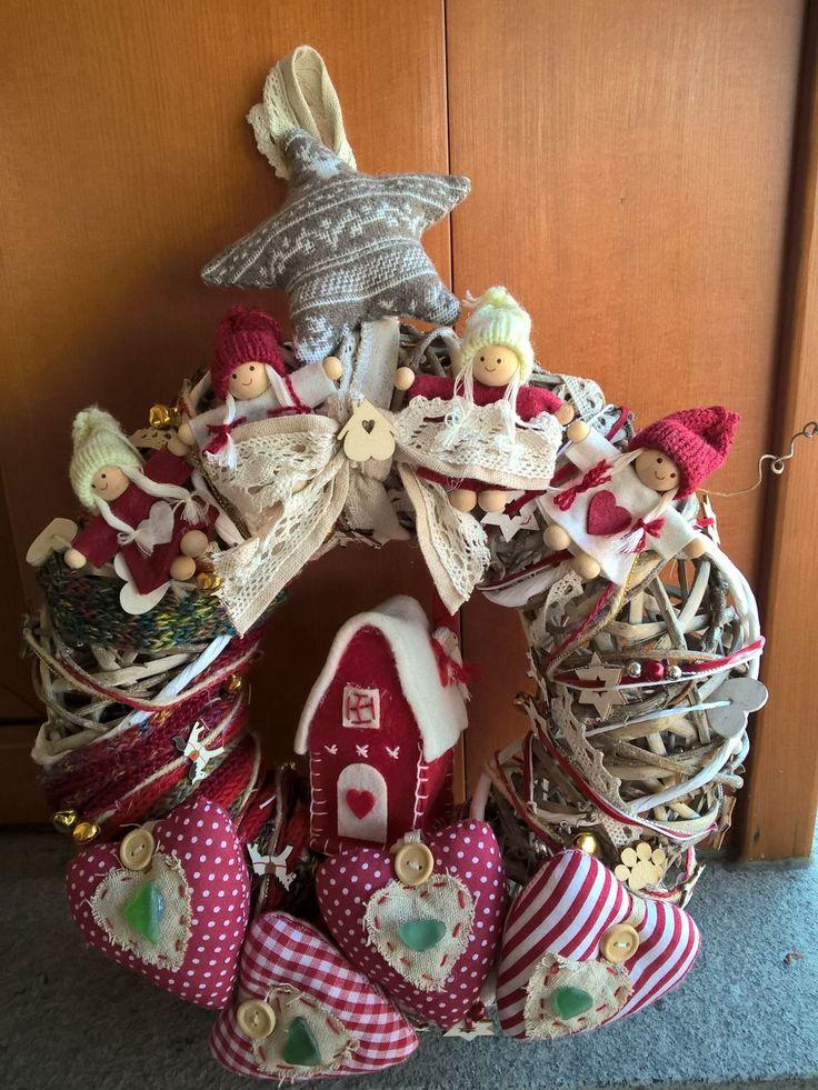 Ghirlanda natalizia con decori