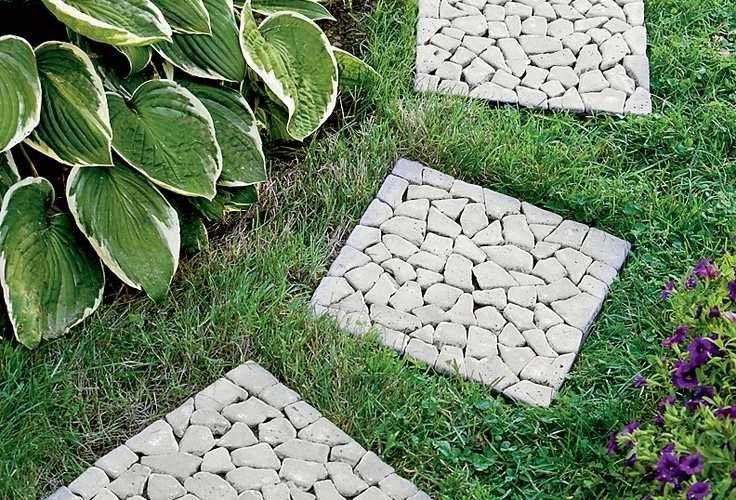 chemin de jardin en pas-japonais-dalles-carrées-pierre-concassée