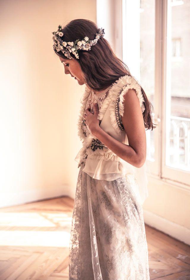 Ideal look de novia con original vestido de Helena Mareque, con toque gris, y tocado de Suma Cruz #vestidosdenovia #weddingdresses #bride #spain
