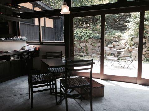 日本三名湯に数えられる有馬温泉(兵庫県)。「金泉」と呼ばれる赤茶色の湯が有名で、古くから愛されてきた温泉地です。そんな有馬温泉は、神戸や大阪からアクセスしやすい便利な立地。こじんまりとした温泉街は散策しやすく、女子好みの可愛いお店やカフェも揃っています。そう。実は「女子旅」にオススメの温泉街でもあるのです。ここでは「日帰り女子旅」のモデルコースをご紹介。週末、ふらっと出かけてみませんか?
