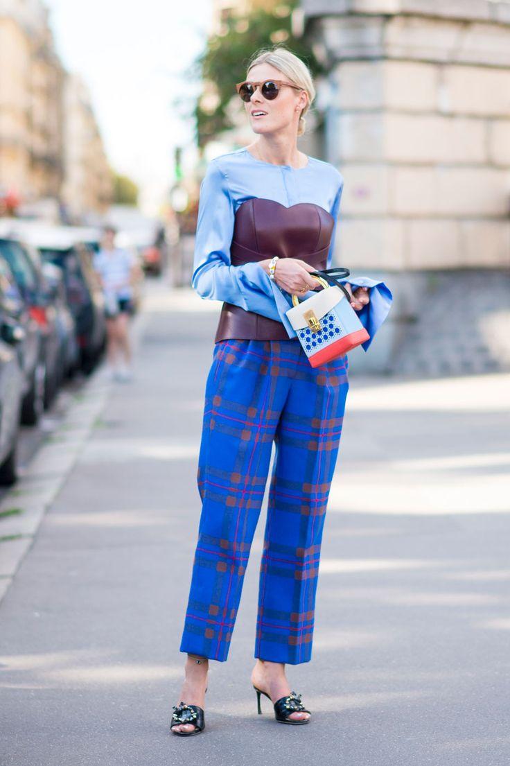 Sofie Valkiers 青いチェック柄のパンツを履いた、ブロガーのソフィ。同系色のトップスを合わせた爽やかな色使いのコーディネートに、上から茶色のビスチェをレイヤード。ぐっとモードな雰囲気に。韓国人デザイナーによるバッグブランド、ヴォロンのポップなミニバッグが、大人の遊び心を感じさせる。
