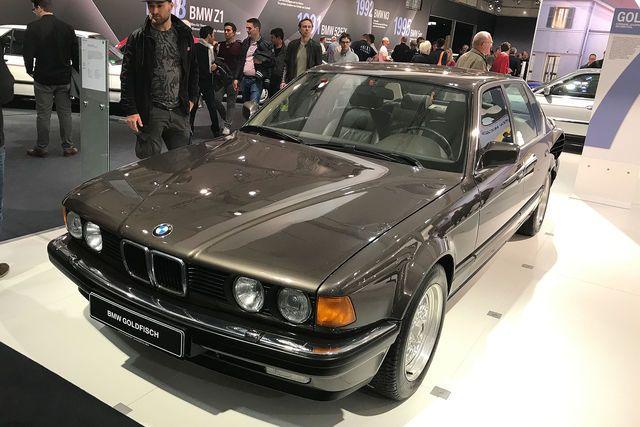 Für die Techno Classica holte BMW ein spektakuläres Limousinen-Einzelstück der 80er aus dem Archiv: den 7er (E32) mit 408 PS-V16-Motor und dem Codenamen Goldfisch.