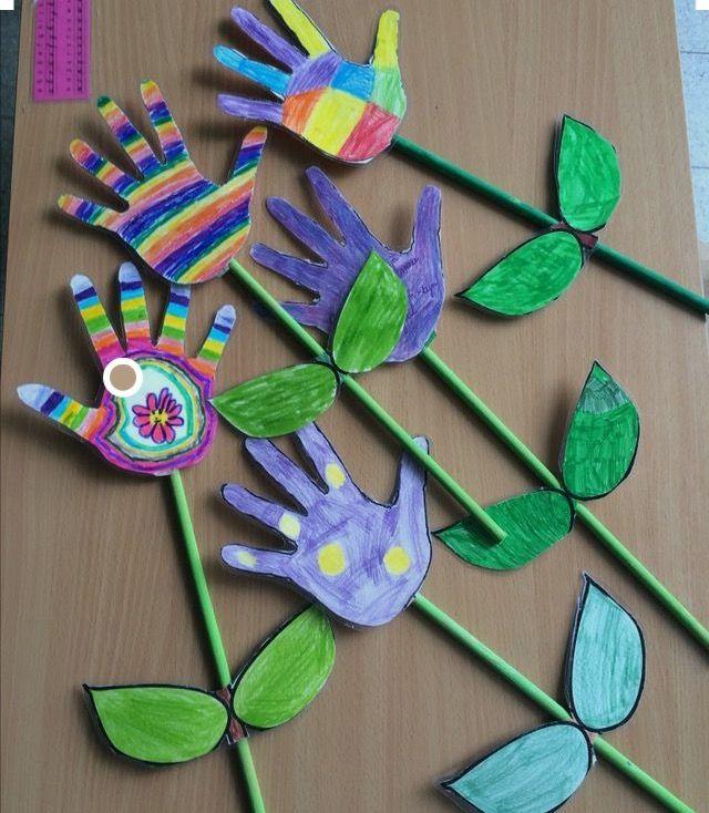 Çocukların ellerini çizerek oluşturabilecekleri basit bir çiçek yapımı