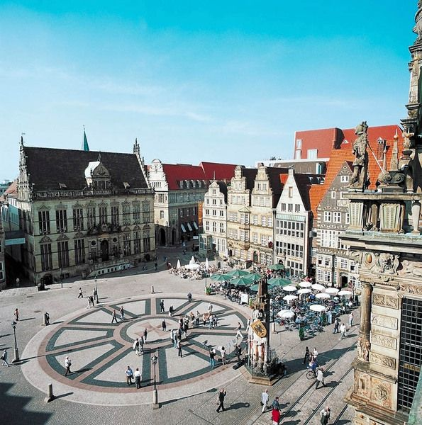 IZI.travel – Bremen: City Tour Guide. This city tour will help you find and explore interesting and historic sites in Bremen's Old Town. The tour will show you numerous buildings, squares/plazas and monuments so you can reflect on the city's past, rich with traditions, centuries of free citizenship and worldwide trade connections.