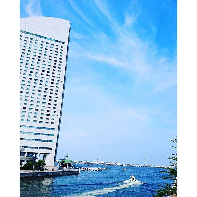 【nemurin1go】さんのInstagramをピンしています。 《モーターボート🚤が気持ち良さそうに走り抜けて行きました👋😜✨ #青空#bluesky#空#sky#海#sea#モーターボート#motorboat#パシフィコ横浜#横浜国際平和会議場#コンベンションセンター#ホテル#横浜##みなとみらい#いつかの風景》