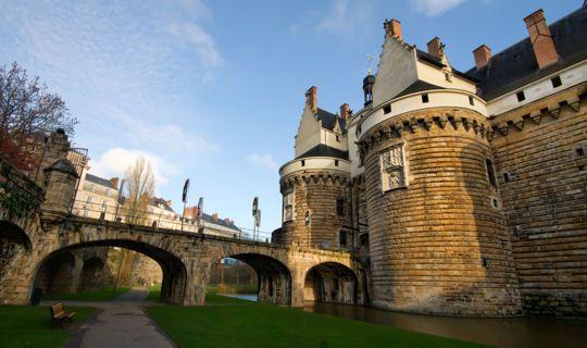 Le château des ducs de Bretagne Ce château devenu une forteresse royale puis une prison et une caserne était protégé par deux grandes tours contrôlant l'accès au pont-levis. Il se situe au cœur même de la ville de Nantes.