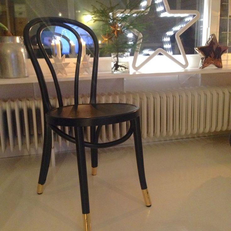 Öglan stol trä. Först sprayad matt svart och sedan dekorerad på benen med metallicfolie från Panduro.
