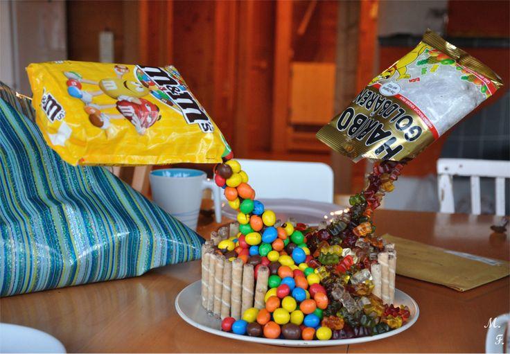 Magisches Süßigkeitentörtchen – voller M&Ms und Gummibärchen {ein doppeltes Geburtstagstörtchen}