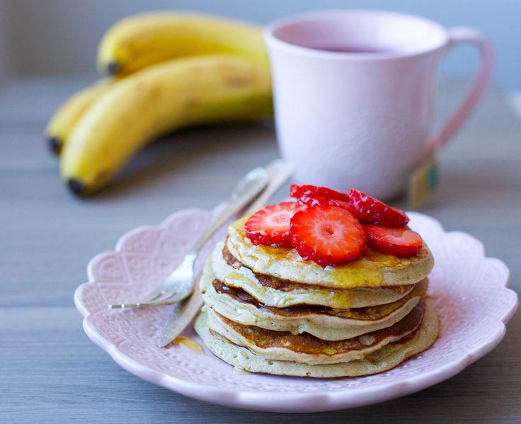 Matiga bananpannkakor med havregryn. Riktigt goda och superenkla att göra. Bara släng alla ingredienser i en mixer och mixa smeten. Sen är det bara att grädda dina fluffiga pannkakor. Lätt som en plätt! 6 st pannkakor 2 ägg 1 mogen och mjuk banan 1 dl havregryn 1 tsk vaniljsocker eller kanel 1 tsk bakpulver Gör såhär: Lägg alla ingredienser i en mixer och kör några varv tills du får en slät smet. Värm en stekpanna, häll i lite smet och grädda pannkakan ca 1 minut på varje sida. Om…