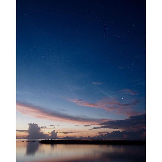 【hachi15】さんのInstagramをピンしています。 《夜明けのオリオン座⭐︎⭐︎⭐︎ .  #沖縄#八重山#鳩間島#桟橋#星#star#オリオン座#夜明け#雲#空#海#水面に写って幻想的#流星たくさん見えたよ#八重山病#201608鳩間島》
