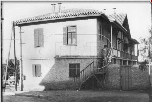 Το Ταχυδρομικό Γραφείο Βύρωνα στο κτίριο του Διοικητηρίου (1924). Ευαγγελικής σχολής και Δημ.Κωνσταντιλιέρη γωνία. Πλατεία Αγίου Λαζάρου.