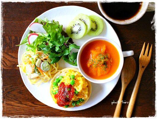 グリーンピース入りスクランブルエッグマフィン 鶴首かぼちゃのスープ サラスパ サラダ キウイ
