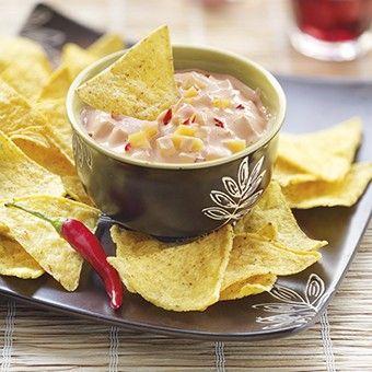 Snel recept voor een pikante dipsaus met mango, chilipeper en Griekse yoghurt. Smakelijk!