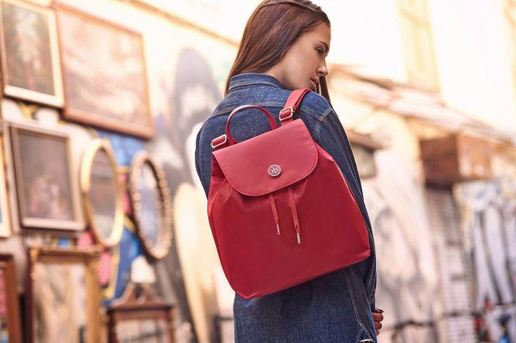 Είναι κομψό, είναι κόκκινο, είναι #ΤommyHilfiger! Eίναι το backpack που θες να αποκτήσεις ΤΩΡΑ!