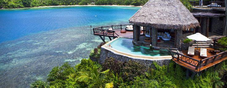 Quando você procura pelos maiores destinos de férias da Terra, há poucas regiões geográficas que se comparam a Fiji. E, embora existam inúmeros resorts para escolher no país na ilha no sul do Pacífico, o Laucala Island Resort é um dos nossos favoritos. Este resort privado se estende por mais de 3.500 acres, e apresenta belas lagoas, praias deslumbrantes, e não vamos esquecer essas plantações de cocos deslumbrantes e vegetação verde cobrindo toda a montanha. O resort é composto por 25 chalés…