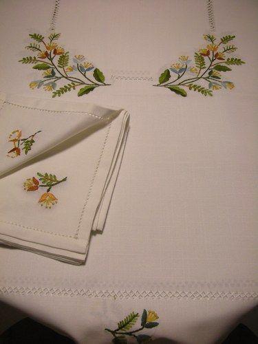 Nuova tovaglia di lino ricamata a mano x 6 + tov. € 60