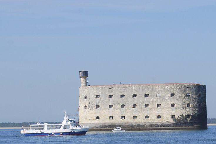 Depuis toujours ville de commerçants, de pêcheurs, d'armateurs et de navigateurs, La Rochelle puise son caractère dans sa longue et riche histoire tournée vers la mer depuis le XIIe siècle. Aujourd'hui encore, ses ruelles et ses quais grouillent de vie au rythme des allées et venues des bateaux de plaisance et des serveurs sur les terrasses des cafés du Vieux-Port.