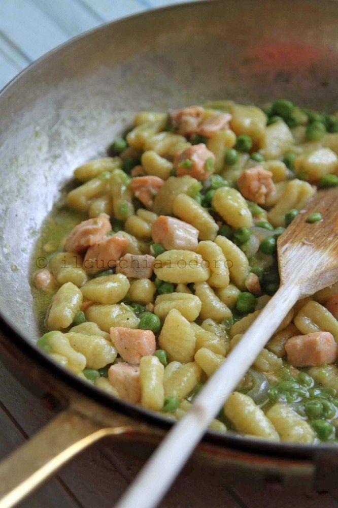 Gnocchetti di patate e topinambur con piselli e salmone