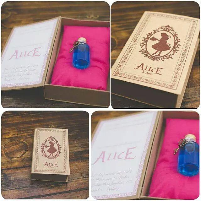 Alice no pais das maravilhas.  Convite...