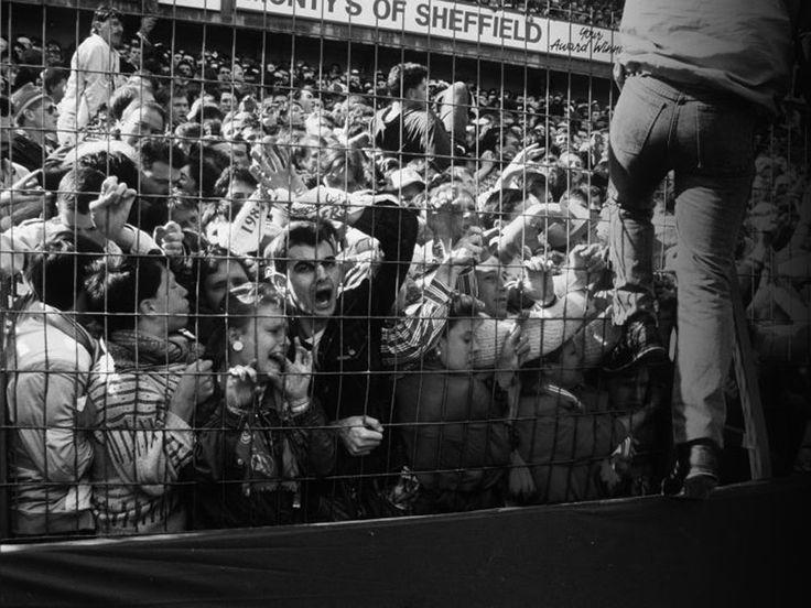 13-panique - En 1989, la tragédie de Hillsborough est un accident qui s'est produit durant la demi-finale de la coupe d'Angleterre. Le stade s'est écroulé et a causé la mort de 96 personnes. Il y a eu 766 blessés.