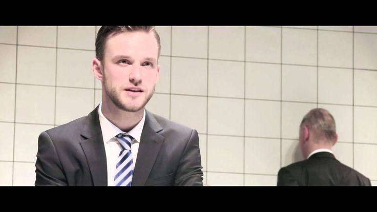 DAS HIMBEERREICH (Trailer) - Rheinisches Landestheater Neuss  Was passiert wenn wichtige mächtige Trader und Manager einer berühmten Bank eines Tages aussortiert werden und im Keller des Unternehmens landen? Tun sie so als sei nichts geschehen und betreten jeden Tag seriösen Blicks mit Anzug und Aktentasche das Gebäude oder kocht in ihnen die kalte Wut? Vier Banker eine Bankerin und ein Fahrer brechen das Schweigen. Jeder entwickelt aus seiner eigenen Geschichte heraus eine Deutung der…