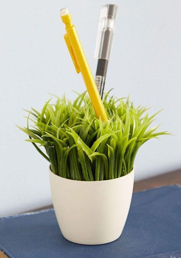 Se você realmente don & # 39; t quer cuidar de qualquer coisa, esta caneta titular faux-planta ainda acrescenta um toque de verde.