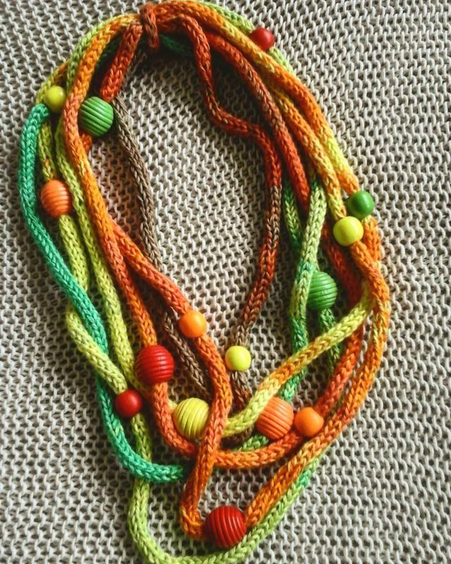 Яркое украшение для весенне-летнего гардероба. Бусины из дерева нанизаны на цветной шнур ручной работы из хлопка. Без…