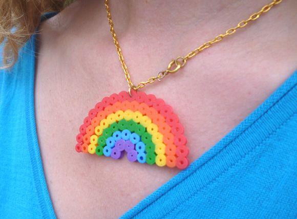 pendentif-arc-en-ciel en perles à repasser pour une rainbow party