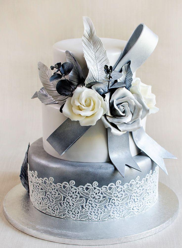 Suntem mereu incantati sa realizam torturi pentru nunta de argint si cu atat mai mult sa le decoram cu eleganta si rafinament, cu dantela si flori comestibile.  Tu cum ti-ai imaginat tortul pentru frumoasa nunta de argint?