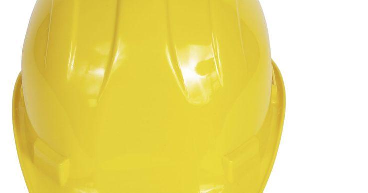 Tipos de protetores auriculares. Protetores auriculares são usados para proteger o ouvido e evitar distrações. Eles protegem contra barulhos altos, água, sujeira e vento. São inseridos no canal do ouvido, mas apenas superficialmente, para prevenir complicações no tímpano. A classificação de redução de ruído (NRR na sigla em inglês) mede o número de decibéis que o protetor ...