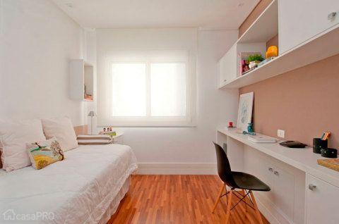 O projeto original da designer de interiores Patricia K. Pasquini é para um quarto de hóspedes e um home office. Mas o resultado é possível ser adaptado para qualquer quarto feminino. A parede recebeu tinta em tom camurça.