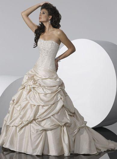 Robe de mariée décolletée en Taffetasss à volants