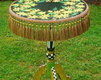 Tabla pintado caprichosa velador pintado whimsical for Muebles encantadores del pais elegante