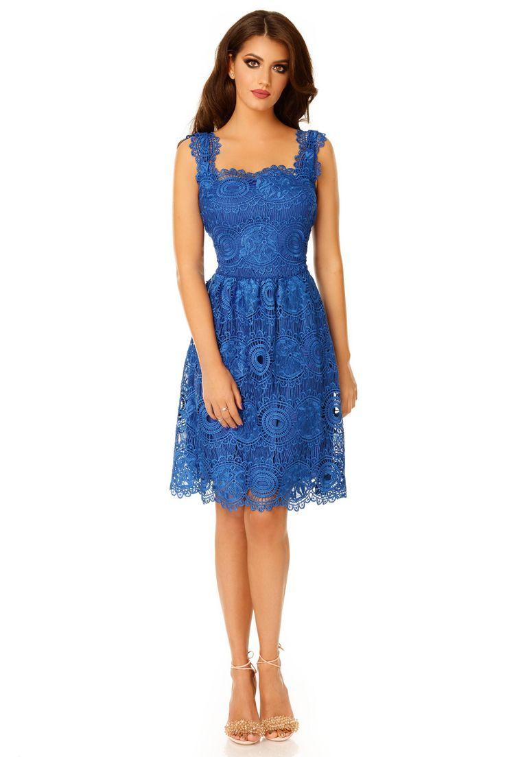 Rochie Karina Albastra - Asigură-ți admirația tuturor invitaților la următorul eveniment special, purtând rochia din dantelă albastră Karina, în tonuri vibrante de albastru. Rochia de seară este confecționată integral din dantelă brodată cu un design deosebit cu motive solare. Croiala clasică, decolteul pătrat și talia accentuată transformă rochia Karina într-o ținută potrivită pentru o gamă variată de evenimente, de la cele cu dress code formal la mai puțin sofisticatele petreceri…