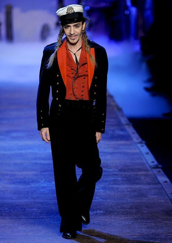Джон Гальяно: «Мода, прежде всего, является искусством изменений»  Скандальный и противоречивый снаружи, Джон Гальяно считается одним из самых виртуозных дизайнеров современности. Он известен своими романтичными и эксцентричными творениями, а также театральными финалами на модных показах. Гальяно - гений, придавший моде форму чудесной амальгамы, которую она сохранила по сей день.  Хуан Карлос Антонио Гальяно родился в 1960 году на Гибралтаре, его отец был водопроводчиком, а мать…