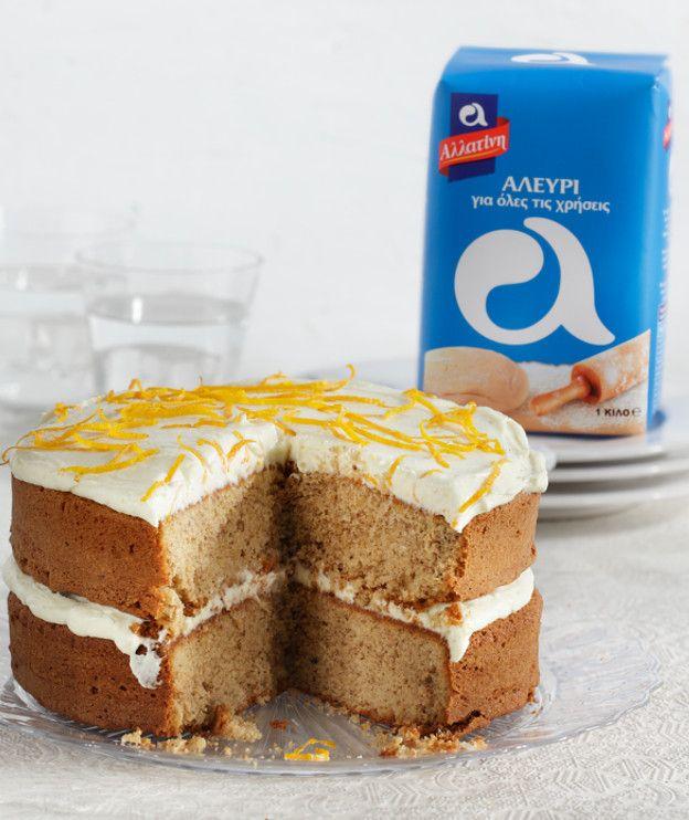 Ζουμερό κέικ με ξύσμα και χυμό λεμονιού, νότες από ρούμι και αλεύρι «Κέικ Φλάουρ» της ΑΛΛΑΤΙΝΗ. Σερβίρεται με γλάσο λεμονιού.